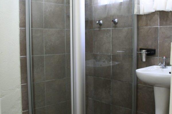 Ingwenyama-Standard-Room-Bathroom-683x1024.jpg